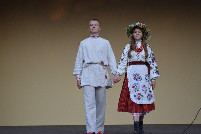 На День Незалежності вперше у Ковелі відбулась презентація народного  традиційного вбрання з фондів Ковельського історичного музею 25f0dd89bb951